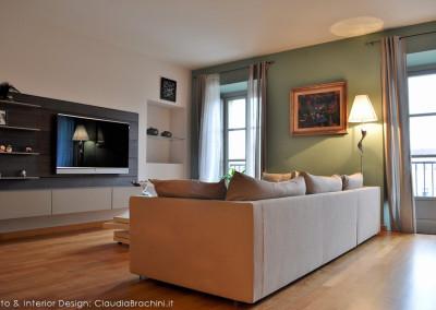 la zona tv con boiserie e divano Flexform