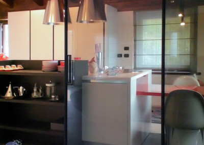 cucina bianca di design con isola e libreria