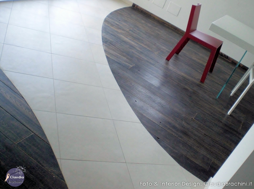 pavimento bi colore sedia rossa
