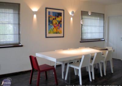tavolo da pranzo sedie bianche e una rossa