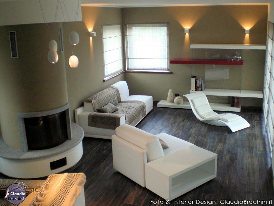 Soggiorno con elementi di design geometrici e linee curve for Immagini pareti colorate soggiorno