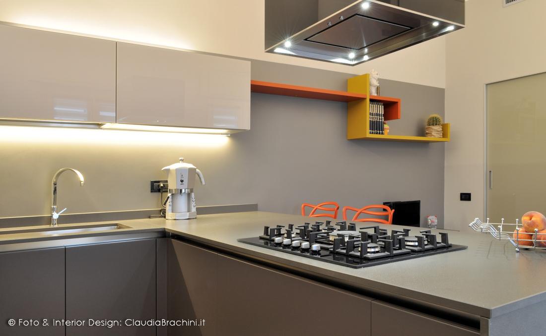 cucina grigio con particolari arancio