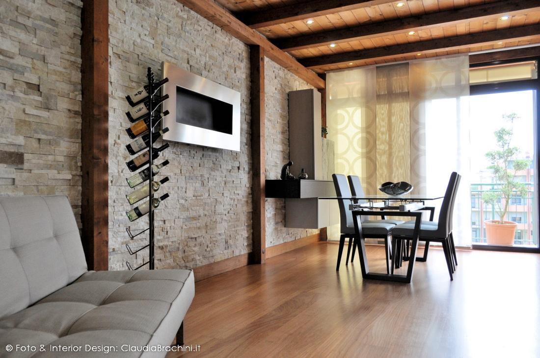 Una veranda e un soggiorno con geopietra claudia - Parete rivestita in pietra ...