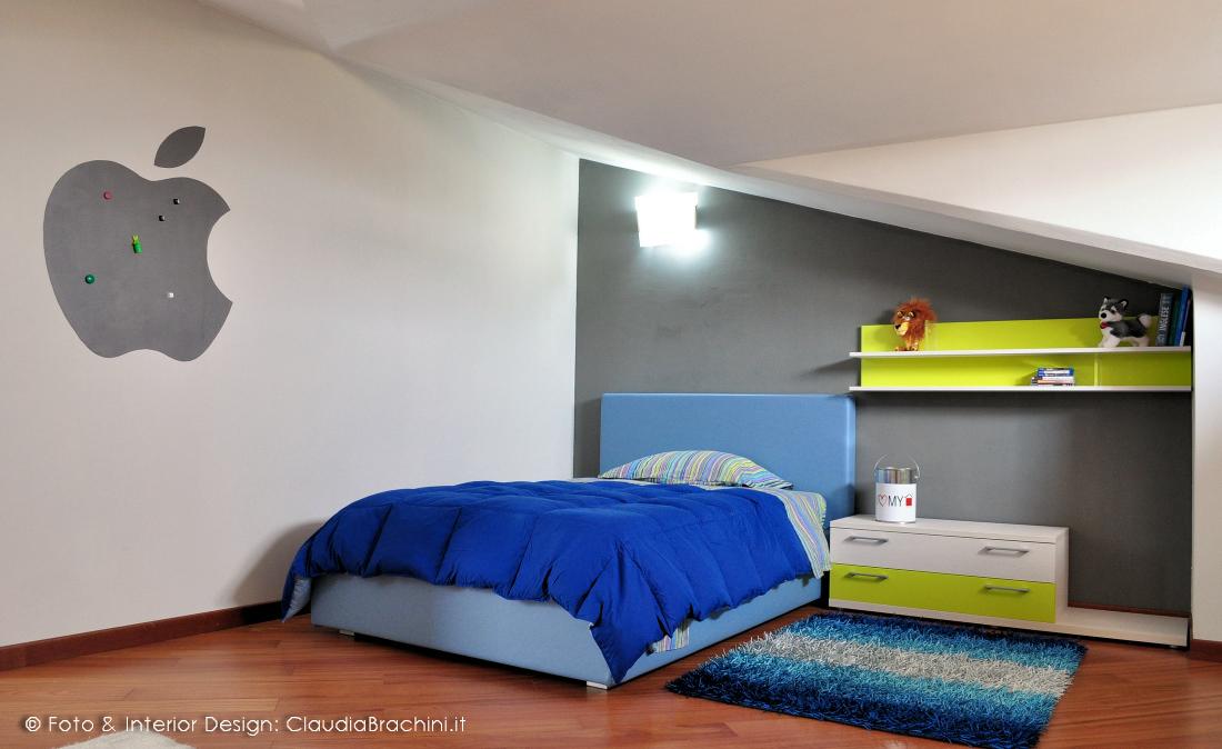 Great cameretta in mansarda con parete grafite e vernice for Parete cameretta bambina