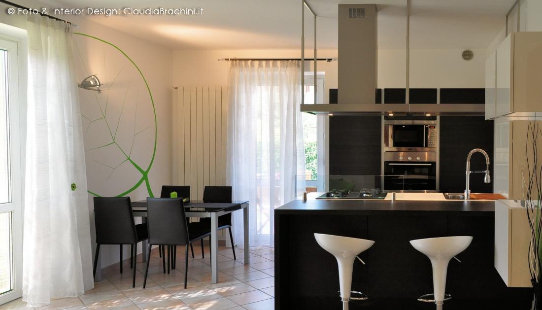 cucina bianca e rovere grigio con grande penisola