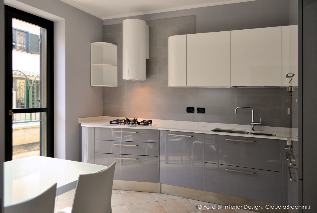 Cucina laccata lucida elementi curvi claudia brachini - Cucina bianca e noce ...