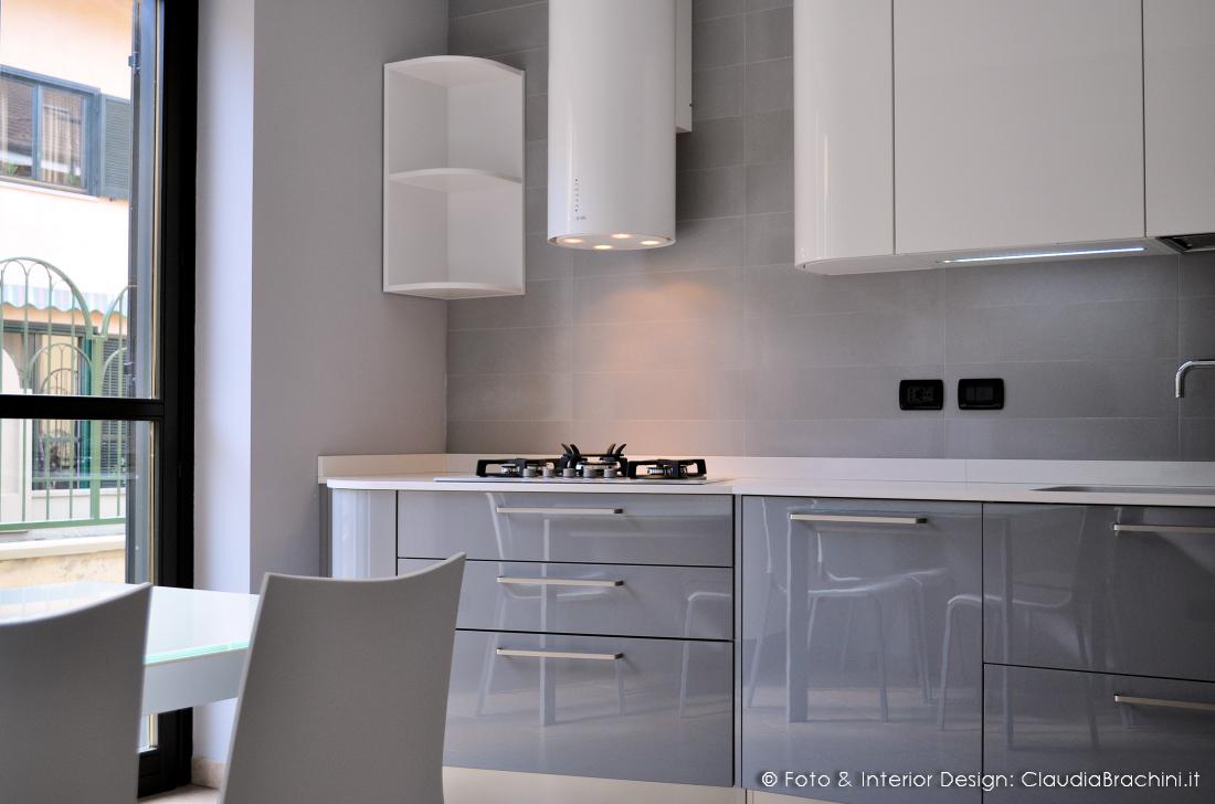 cucina laccata lucida bianca e grigio con elementi curvi