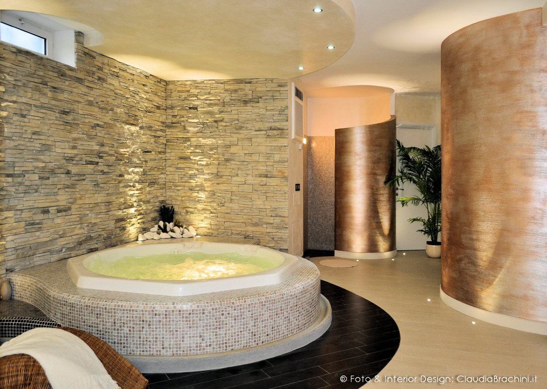 zona relax con spa, doccia e bagno turco