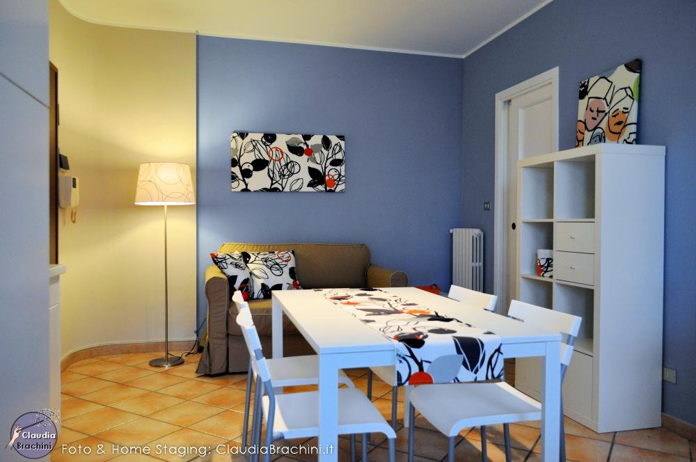 soggiorno arredato ikea parete azzurra e tortora