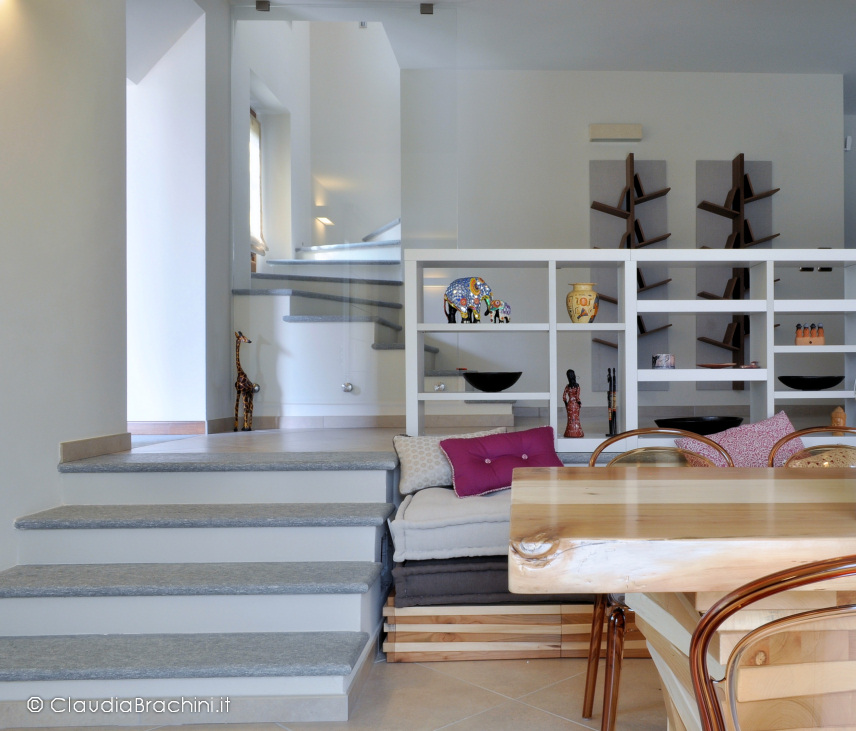 interior design soggiorno con libreria divisoria