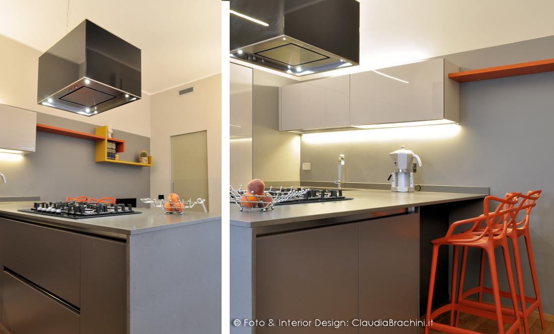 cucina grigio chiaro e scuro in vetro con particolari arancio