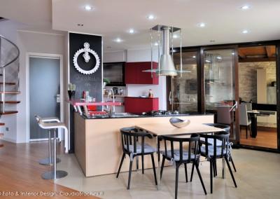 cucina living con penisola e parete lavagna