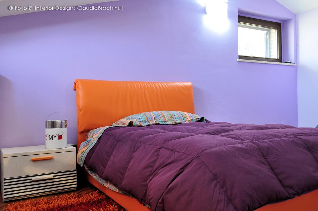cameretta in mansarda con letto in ecopelle arancio
