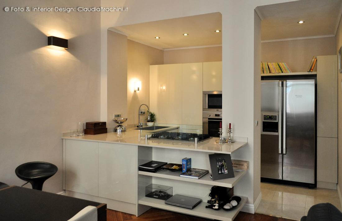 cucina tortora lucida con libreria in appartamento Liberty