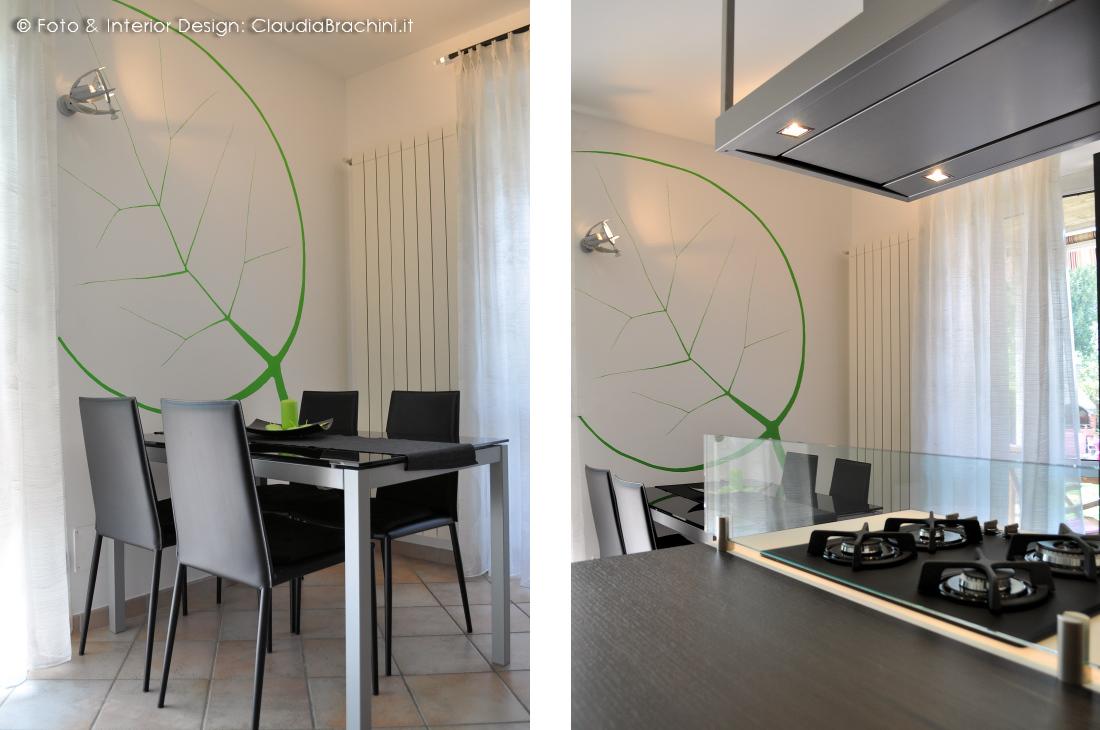 cucina bianca e rovere grigio con foglia verde disegnata alla parete