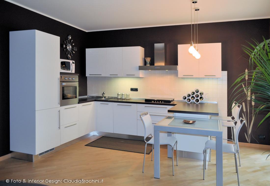 cucina bianca e parete cacao